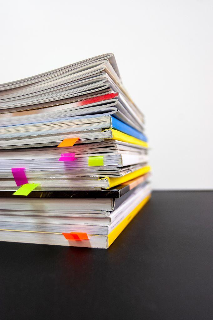 une pile de livres avec des marques pages
