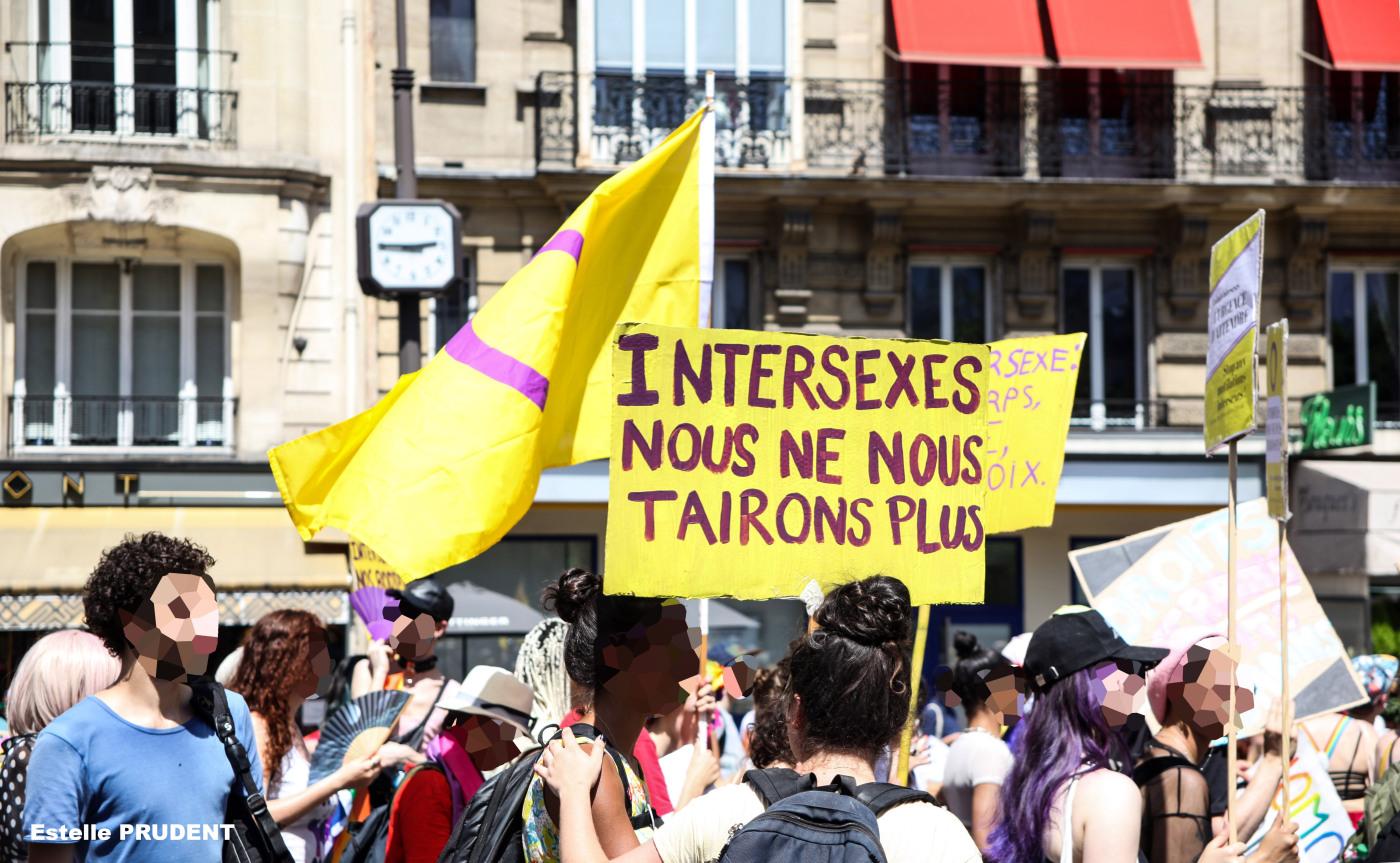 Manifestation, pancarte Intersexes nous ne nous tairons plus