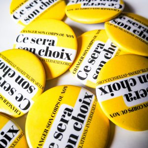"badge jaune, texte "" changer son corps ou non : Ce sera son choix. stop mutilations intersexes """