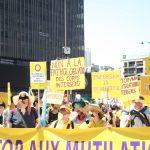 en manifestation : plusieurs personnes tenant des pancartes avec solgans tels que : intersex is beautiful, non à la pathologisation des corps intersexes