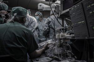 médecins et machines lors d'une opération