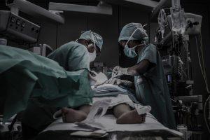une jeune personne en train d'être opérée