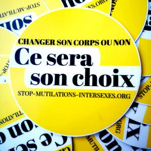 """autocollant jaune et blanc, rond, slogan """"changer son corps ou non, ce sera son choix"""""""